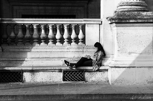 girl_reading_paris